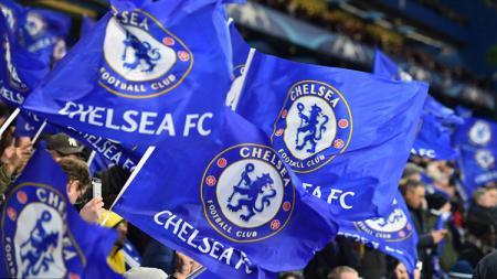 Bendera Chelsea dari suporter saat mendukung timnya melawan Barcelona. - INDOSPORT