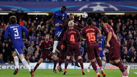 Duel udara para pemain Chelsea dan Barcelona pada laga Liga Champions.