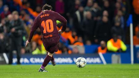 Lionel Messi tengah mengeksekusi bola ke arah gawang Chelsea dan membuahkan gol.
