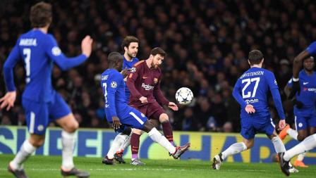 N'Golo Kante berusaha menggalkan aksi Lionel Messi.