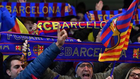 Suporter Barcelona saat mendukung timnya melawan Chelsea.