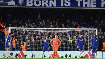 Wajah lesu para pemain Chelsea setelah Lionel Messi merobek gawangnya.
