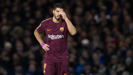 Luis Suarez tertunduk lesu setelah kehilangan kesempatan emasnya. - INDOSPORT
