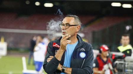 Maurizio Sarri, terkenal dengan gayanya yang suka merokok saat masih melatih di Napoli. - INDOSPORT