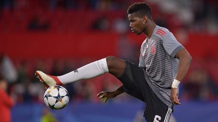 Paul Pogba saat warming up sebelum pertandingan Sevilla vs Manchester United. - INDOSPORT
