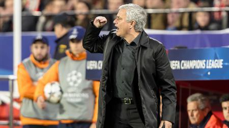 Jose Mourinho saat memberikan instruksi. - INDOSPORT
