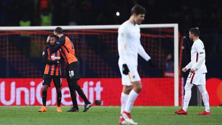Selebrasi pemain Shakhtar Donetsk, sedangkan pemain AS Roma tampak tertunduk lesu. - INDOSPORT