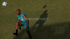 Indosport - Striker BFC, David da Silva mengontrol bola dalam latihan.
