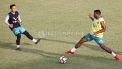 Indosport - Lee Yoo-Joon berebut bola dengan Marinus Wanewar (kanan).