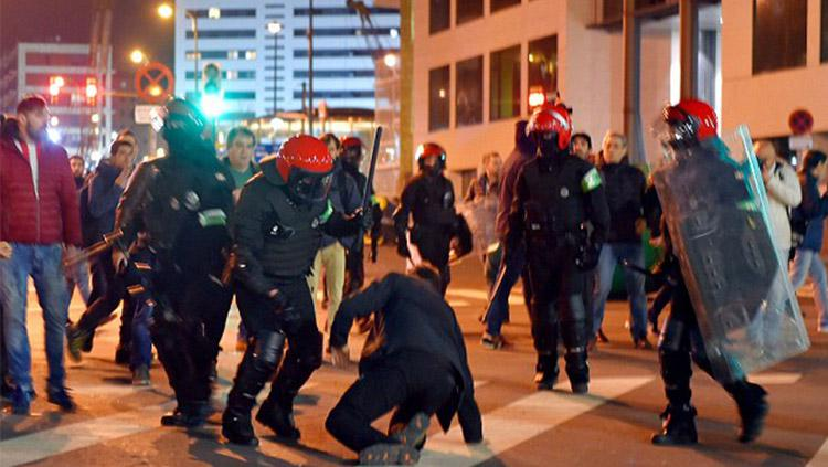 Kerusuhan antar supporter kedua tim sebelum pertandingan. Copyright: Daily Mail