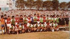 Indosport - Mengenang kembali kisah kehebatan NIAC MItra kala sukses menekuk Arsenal dalam laga persahabatan di Surabaya, 1983.
