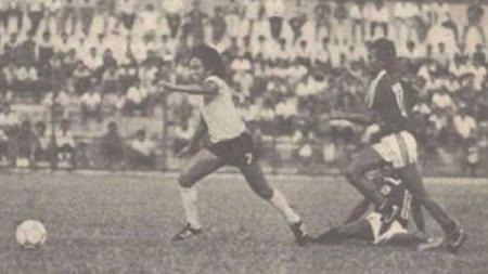 Zulkarnain Lubis (kiri) saat menghadapi Pelita 86 - INDOSPORT