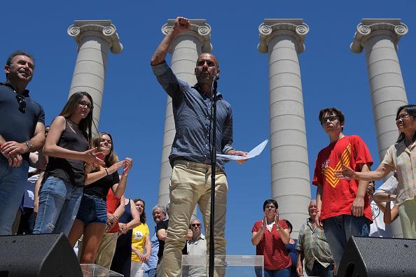 Pep Guardiola menghadiri sebuah acara demonstrasi referendum Catalonia, Juni 2017. Copyright: Getty Image
