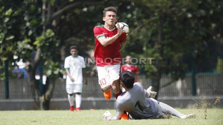 Benturan antara Egy Maulana Vikri dengan kiper Timnas U-19, Gianluca Pagliuca Rossy yang mengakibatkan Egy cedera. - INDOSPORT