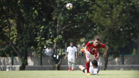 Egy Maulana Vikri gagal melewati kiper Timnas U-19, Gianluca Pagliuca Rossy.