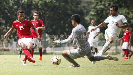 Aksi Osvaldo Haay (kiri) membobol gawang Timnas U-19. - INDOSPORT