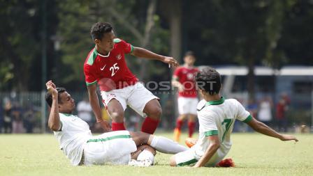 Osvaldo Haay (tengah) mendapat kawalan dua pemain Timnas U-19.