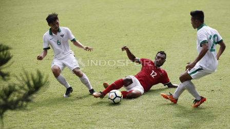 Aksi gelandang Timnas U-23, Nelson Alom (tengah) mengamankan bola dari rebutan pemain Timnas U-19.