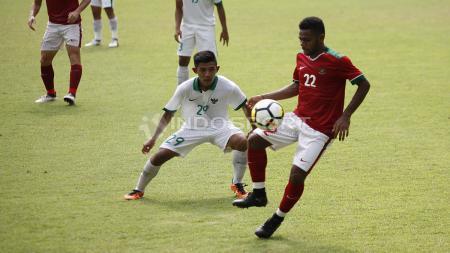 Yabes Roni (kanan) berusaha melepaskan diri dari penjagaan pemain Timnas U-19. - INDOSPORT