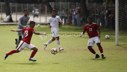 Febri Hariyadi (kiri) saat melakukan tendangan ke gawang Timnas U-19 dan terciptanya gol kedua Timnas U-23.