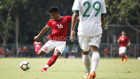Striker Timnas U-23, Ahmad Nur Hardianto melakukan tembakan ke gawang Timnas U-19.