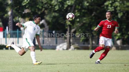 Striker Timnas U-19, Muhammad Rafli (kiri) berhadapan dengan bek Timnas U-23, Hansamu Yama.