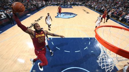 Aksi LeBron James di laga Memphis Grizzlies vs Cleveland Cavaliers. - INDOSPORT