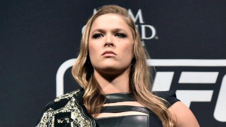 Mantan pegulat wanita Ultimate Fighting Championship (UFC), Ronda Rousey, pernah membanting seorang presenter hingga patah tulang rusuknya setelah diledek. - INDOSPORT