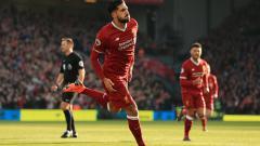 Indosport - Emre Can berselebrasi merayakan gol yang dicetaknya ke gawang West Ham United.