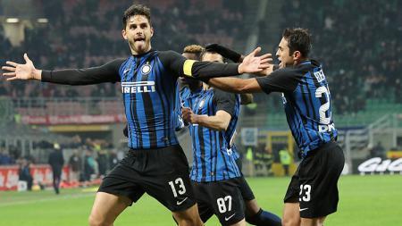 Andrea Ranocchia (kiri) jadi bek tertinggi Inter Milan saat ini. - INDOSPORT