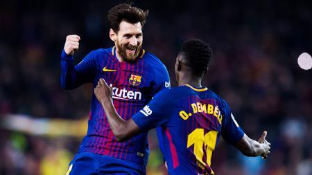 Lionel Messi melakukan selebrasi dengan Ousmane Dembele. - INDOSPORT
