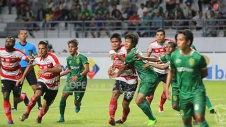 Situasi pertandingan Persebaya vs Madura United. - INDOSPORT