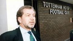 Indosport - Mantan Pemilik Tottenham Lord Alan Sugar menyebut virus Corona sebagai 'Iblis' yang menyamar