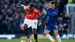 Indosport - Man United vs Chelsea, Hazard mencoba merebut bola dari kakai Pogba.