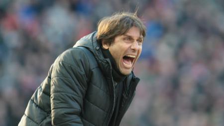 Pelatih sepak bola Inter Milan, Antonio Conte, kabarnya sangat kecewa dengan hasil imbang lawan Slavia Praha di Liga Champions 2019/20 sampai tidak mau pulang. - INDOSPORT