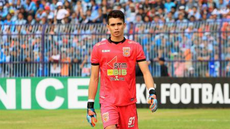 Kiper Borneo FC, Nadeo Argawinata saat menjalani laga pada musim lalu. - INDOSPORT