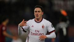 Indosport - Bek AC Milan, Davide Calabria, terancam kena sanksi karena mengacungkan jari tengah saat selebrasi kemenangan Rossoneri atas Inter Milan, Sabtu (17/10/20).