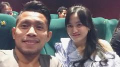 Indosport - Andik Vermansah dan Silvia Anggun saat di bioskop.