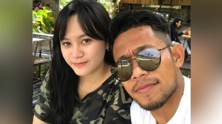 Pemain klub Liga 1 Madura United, Andik Vermansah tengah berbunga-bunga lantaran mendapat kado spesial dari sang kekasih yang bernama Silvia Anggun. - INDOSPORT