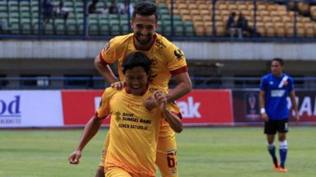 Manu Jalilov dan Adam Alis pencetak gol saat melawan Madura United. - INDOSPORT