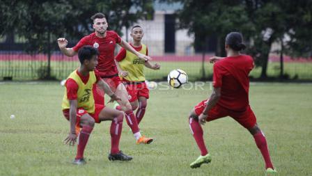 Perebutan bola pemain Persija Jakarta saat latihan memaksimalkan peluang dari bola mati. Herry Ibrahim