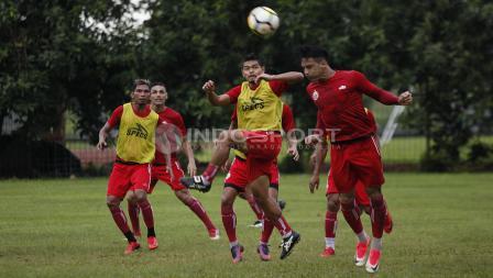 Striker Persija, Addison Alves (tengah) mencoba menyambut bola dengan sundulan. Herry Ibrahim