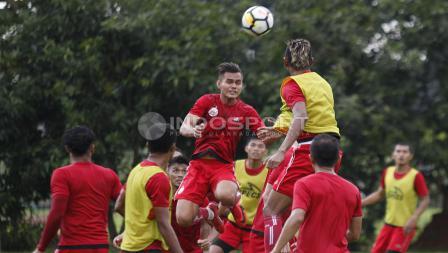 Rezaldi Hehanusa (tengah) bersiap menghalau bola. Herry Ibrahim