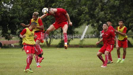 Duel udra striker Persija Jakarta, Marko Simic (tengah) dengan rekannya, Valentino Telaubun. Herry Ibrahim