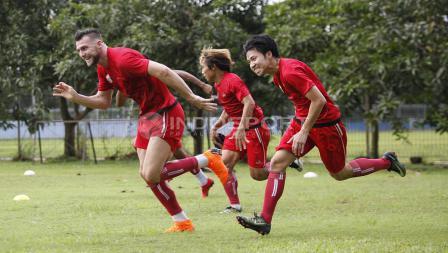 Beberapa pemain Persija Jakarta melakukan sprint. Herry Ibrahim