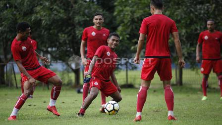Para pemain Persija Jakarta bermain 'kucing-kucingan' sebelum melakukan latihan utama. Herry Ibrahim