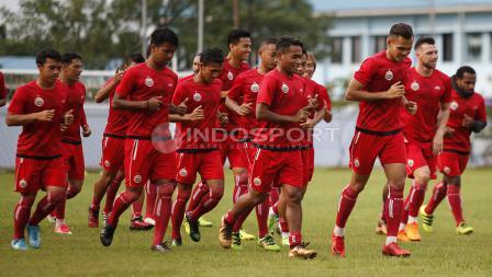 Para pemain Persija Jakarta melakukan pemanasan sebelum berlatih. Herry Ibrahim