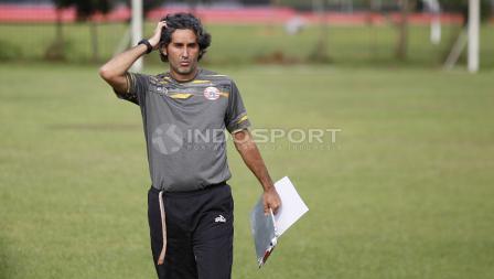 Pelatih Persija Jakarta, Stefano Cugurra Teco. Herry Ibrahim