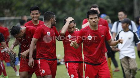 Para pemain Persija Jakarta, seperti Sandi Sute (kanan) usai melakukan latihan. Herry Ibrahim - INDOSPORT