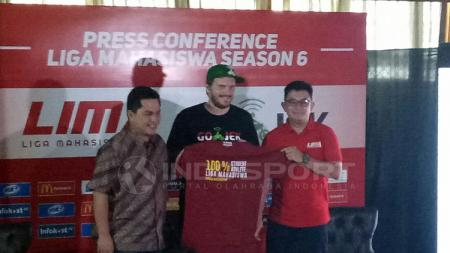 Erick Tohir (CEO Mahaka), Piotr Jakubowski (Chief Marketing Officer Gojek), Ryan Ghozali (CEO Liga Mahasiwa). - INDOSPORT